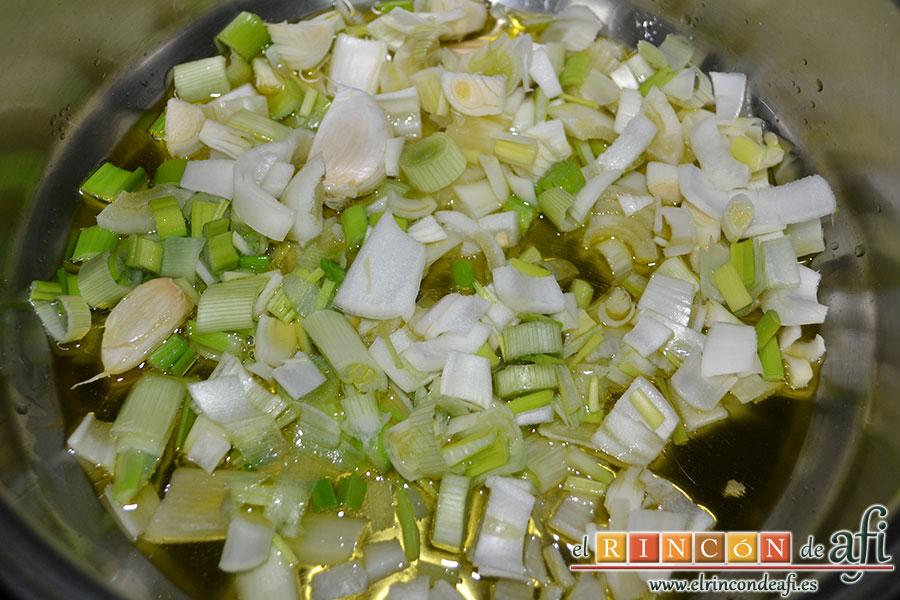 Frita de pulpo, pochar la cebolleta con los ajos