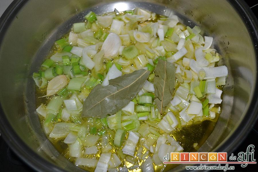Frita de pulpo, añadir sal y laurel