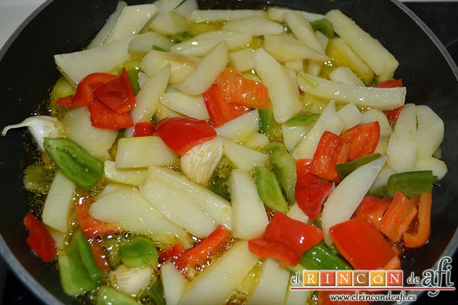 Frita de pulpo, freír las papas con los ajos restantes y el pimiento