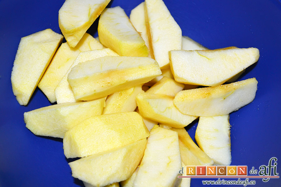 Manzanas al caramelo, trocearlas