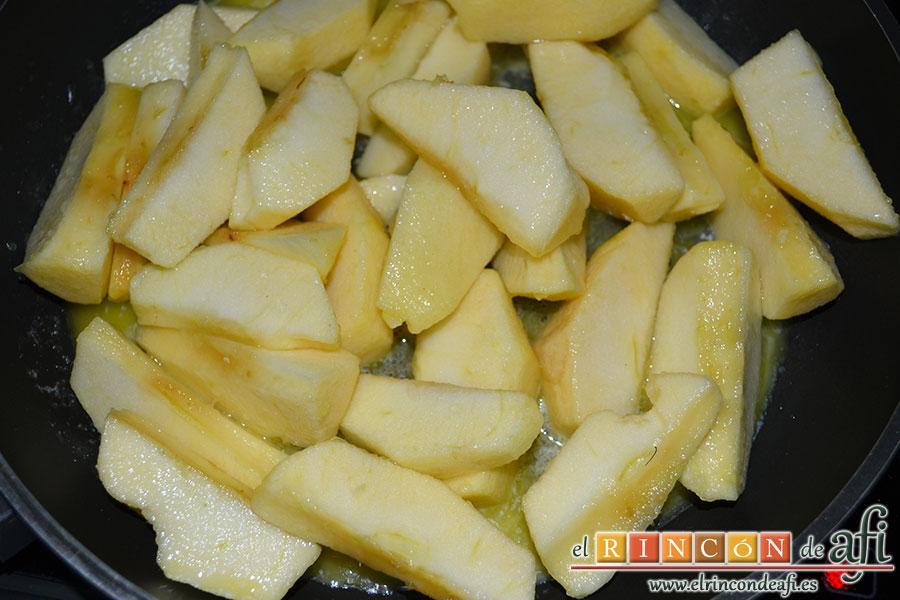 Manzanas al caramelo, añadir las manzanas