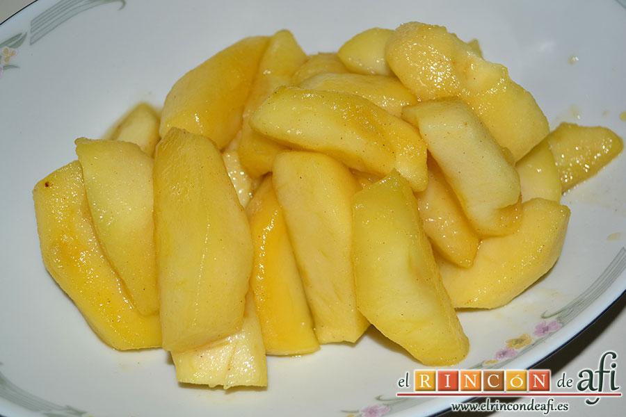 Manzanas al caramelo, retirar y colocar las manzanas en una fuente