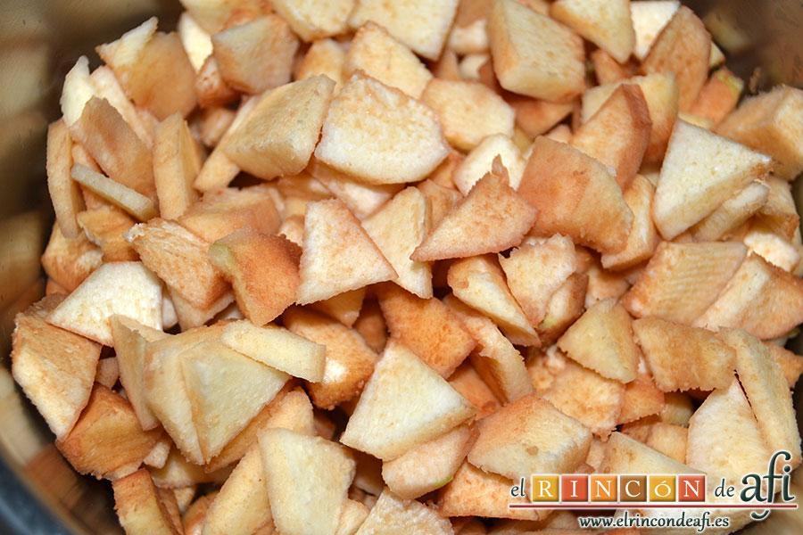 Mermelada de membrillo, pelar y cortar los membrillos hasta obtener 1 kilo de pulpa y ponerlos en un caldero