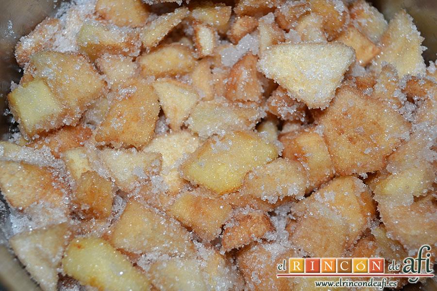 Mermelada de membrillo, añadir el azúcar y remover bien