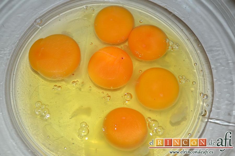 Pastel de pescado, batir los huevos con una pizca de sal como si fuera para tortilla