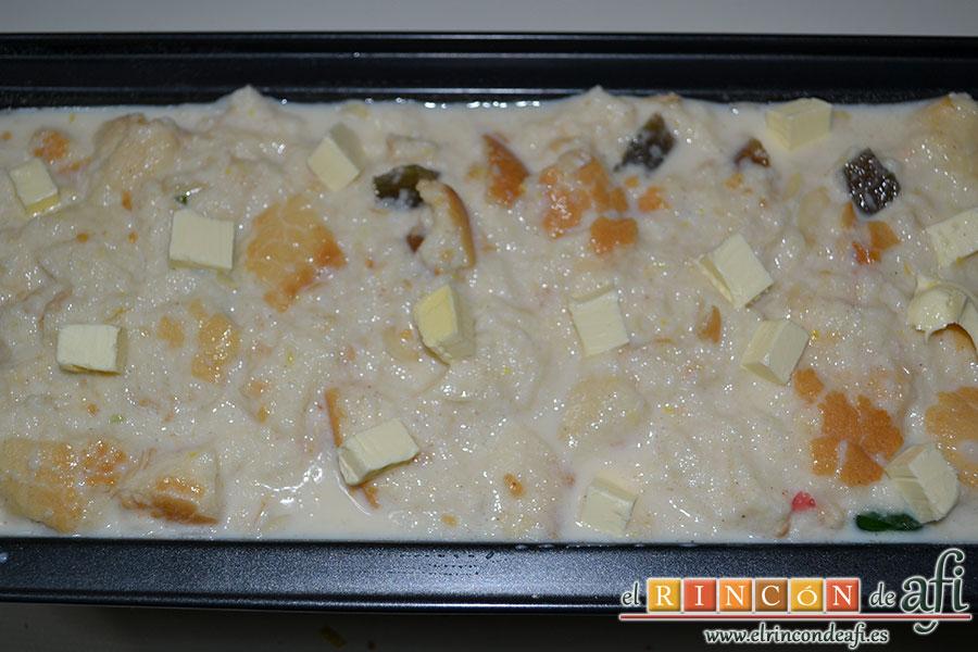 Pudin de pan, meter la mezcla en un molde untado con mantequilla y harina