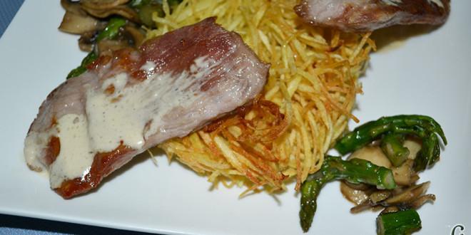 Secreto ibérico con salsa, papas paja y salteado de champiñones y trigueros