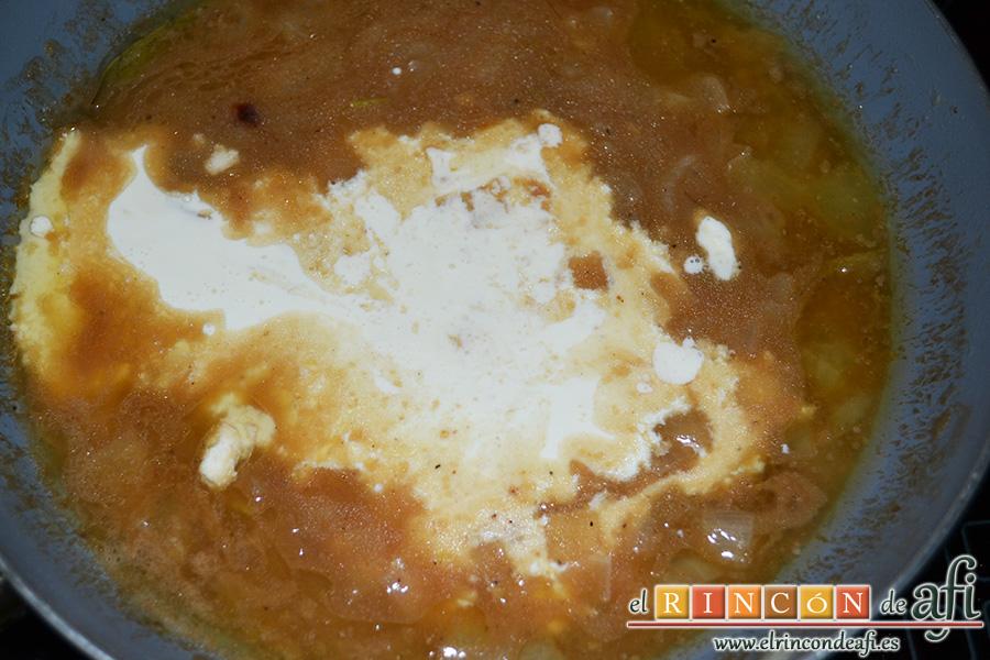 Secreto ibérico con salsa, papas paja y salteado de champiñones y trigueros, remover y añadir la nata