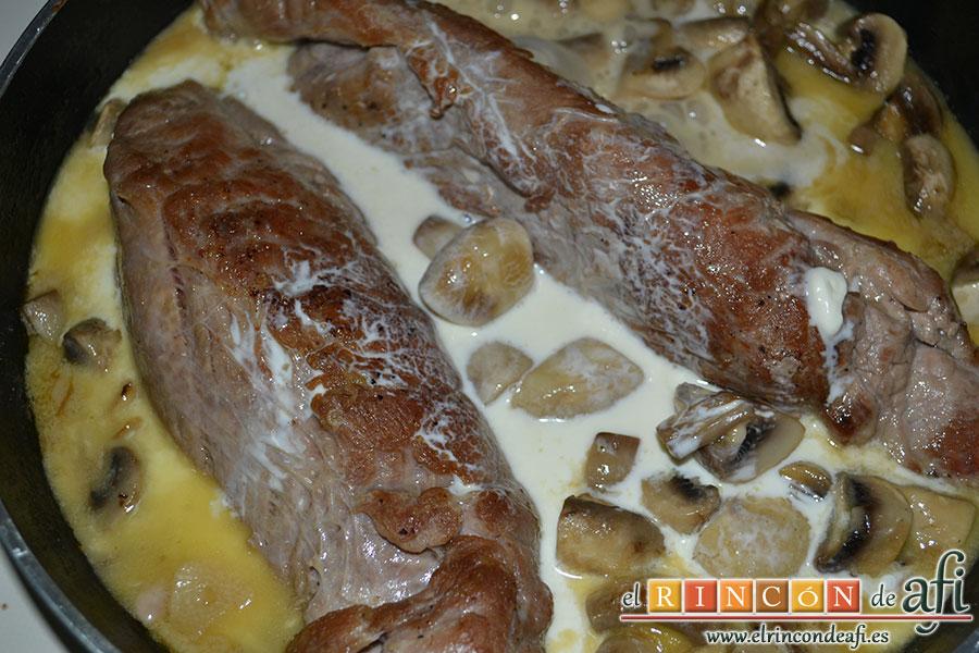 Solomillo de cerdo al cava con guarnición de champiñones, añadir la nata