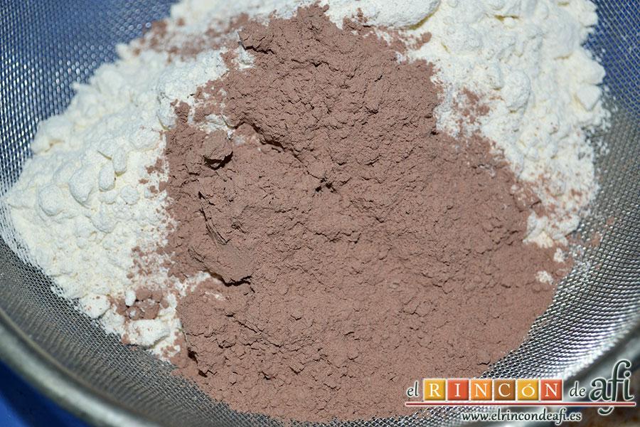 Tarta Red Velvet, añadir la harina y el cacao tamizados