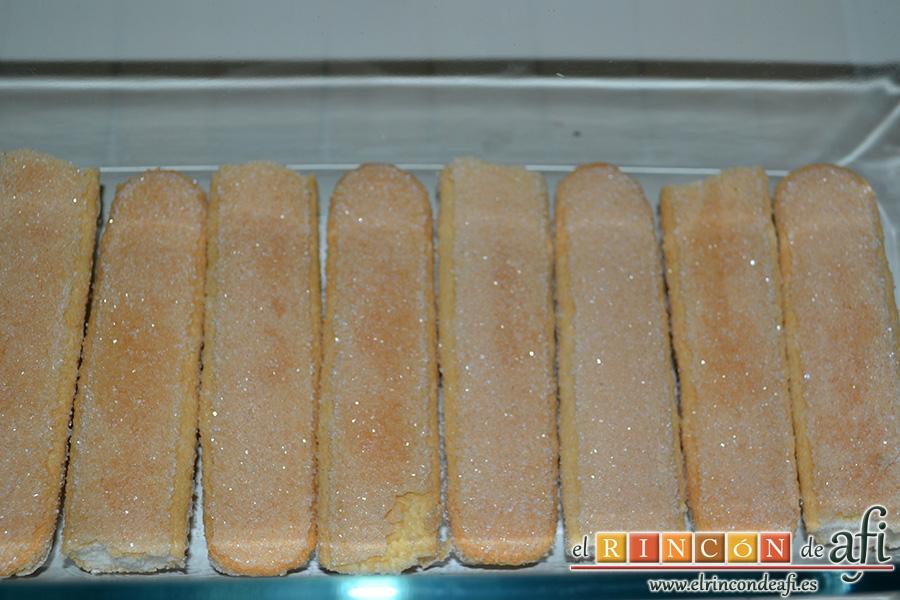 Tiramisú con trocitos de kiwi y fresas, poner bizcochos en la base del molde
