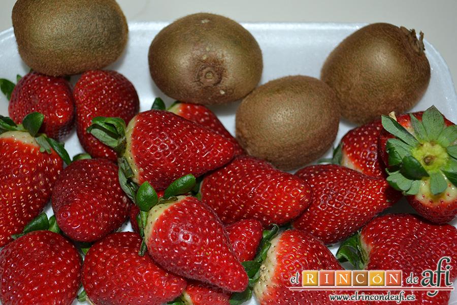Tiramisú con trocitos de kiwi y fresas, frutas de temporada, kiwi y fresas