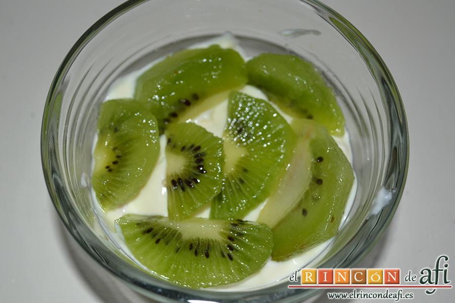 Tiramisú con trocitos de kiwi y fresas, poner trozos de kiwi sobre la capa de crema