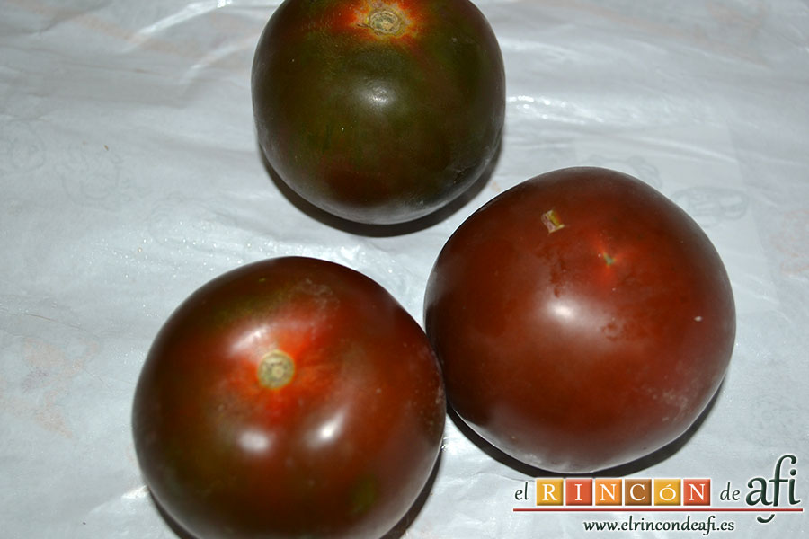 Tomate negro rebozado, lavar los tomates