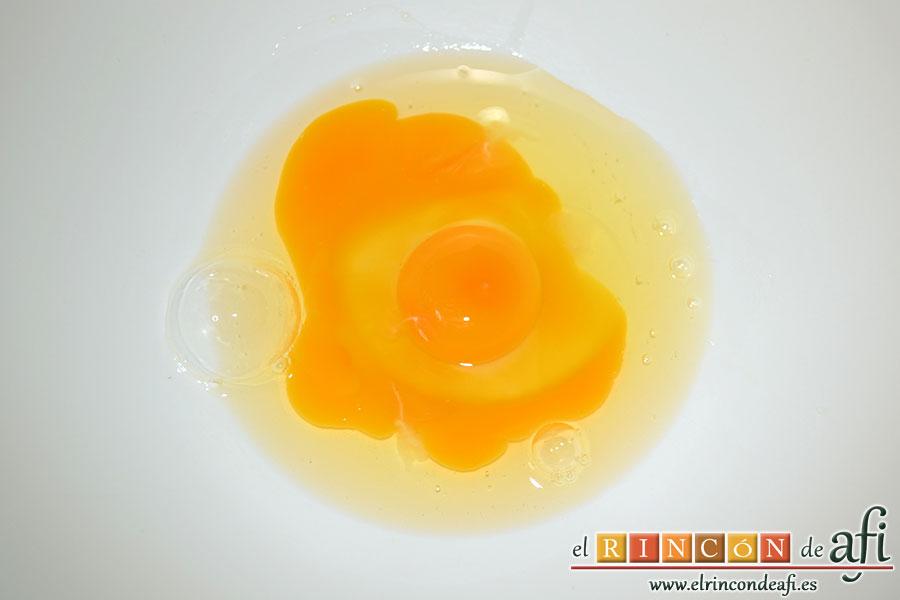 Buñuelos de Carnaval, poner los dos huevos en un bol