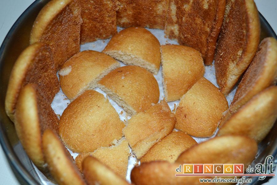Corona de mousse de chocolate con queso, poner en el fondo y laterales bizcochos de soletilla