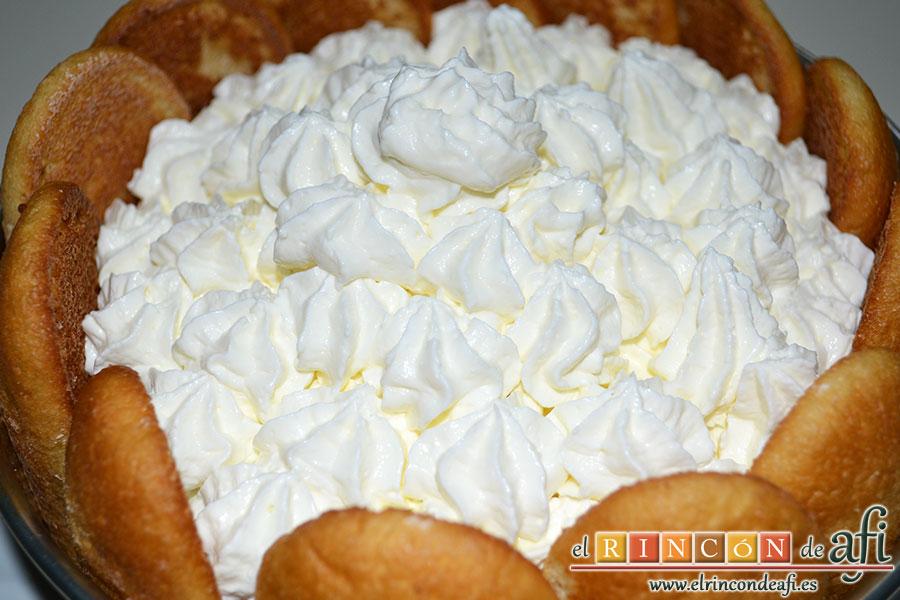 Corona de mousse de chocolate con queso, poner la crema sobre la mousse y decorar