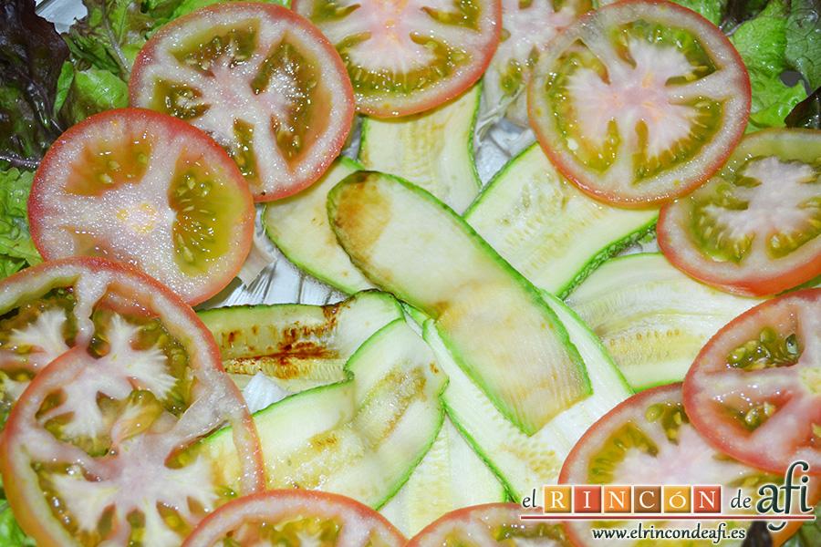 Ensalada de papá, cortar los tomates en rodajas y disponerlos en corona