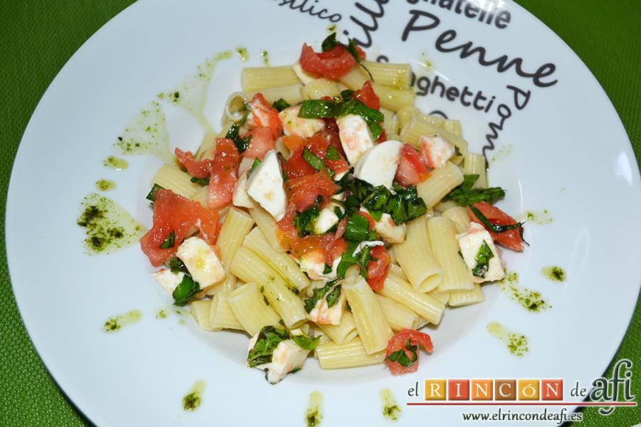 Pasta con tomate, mozzarella y albahaca