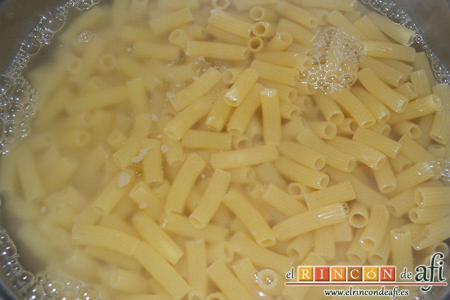 Pasta con tomate, mozzarella y albahaca, preparar la pasta según fabricante