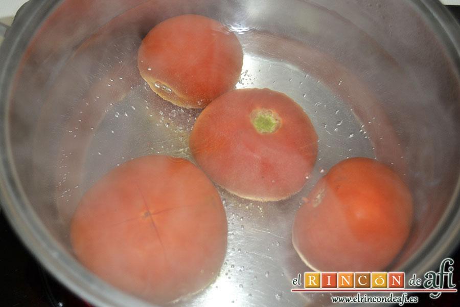 Pasta con tomate, mozzarella y albahaca, meter los tomates con un corte en cruz en agua hirviendo