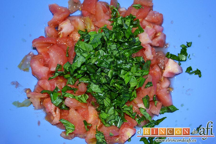 Pasta con tomate, mozzarella y albahaca, mezclarlos con la albahaca troceada