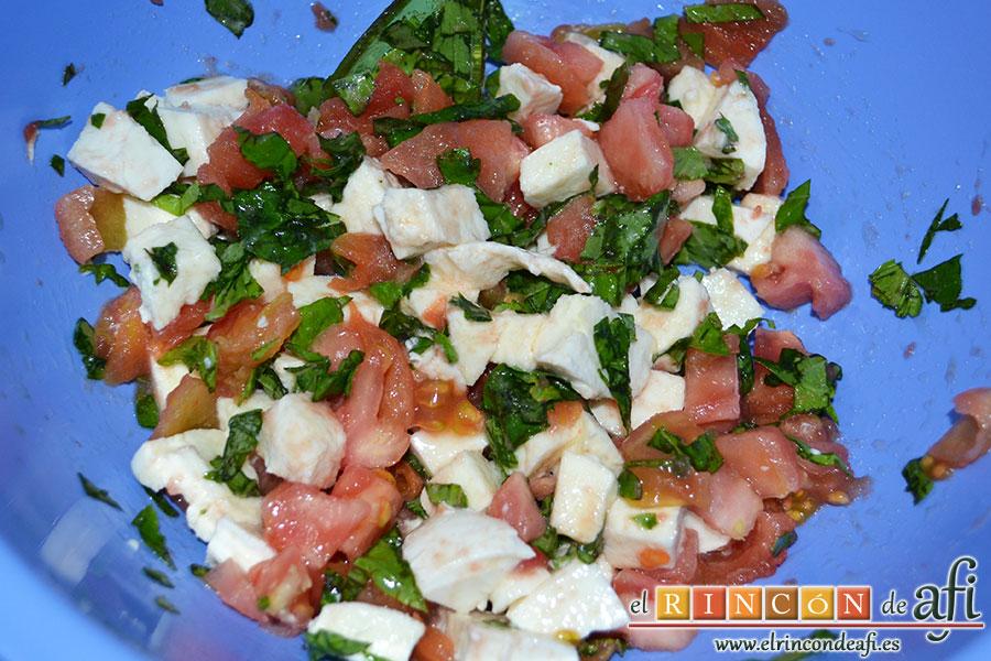Pasta con tomate, mozzarella y albahaca, mezclar todos los ingredientes