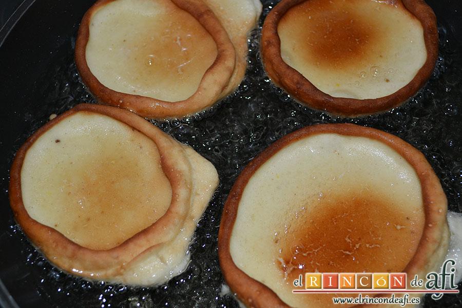 Tortitas de Carnaval de Gran Canaria, dorar por ambos lados