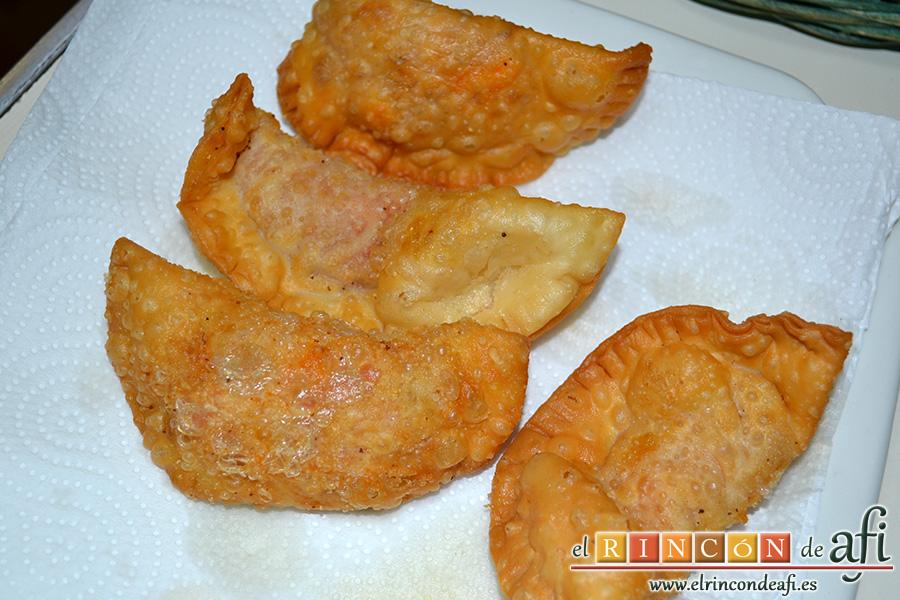 Empanadillas de atún, poner en papel absorbente