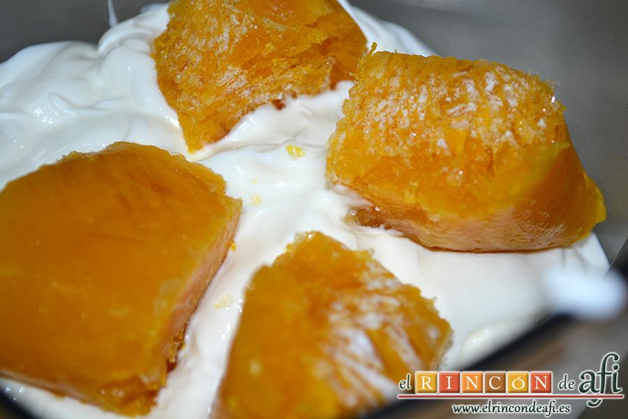 Lassi, añadir la pulpa de mango troceada y triturar muy fino