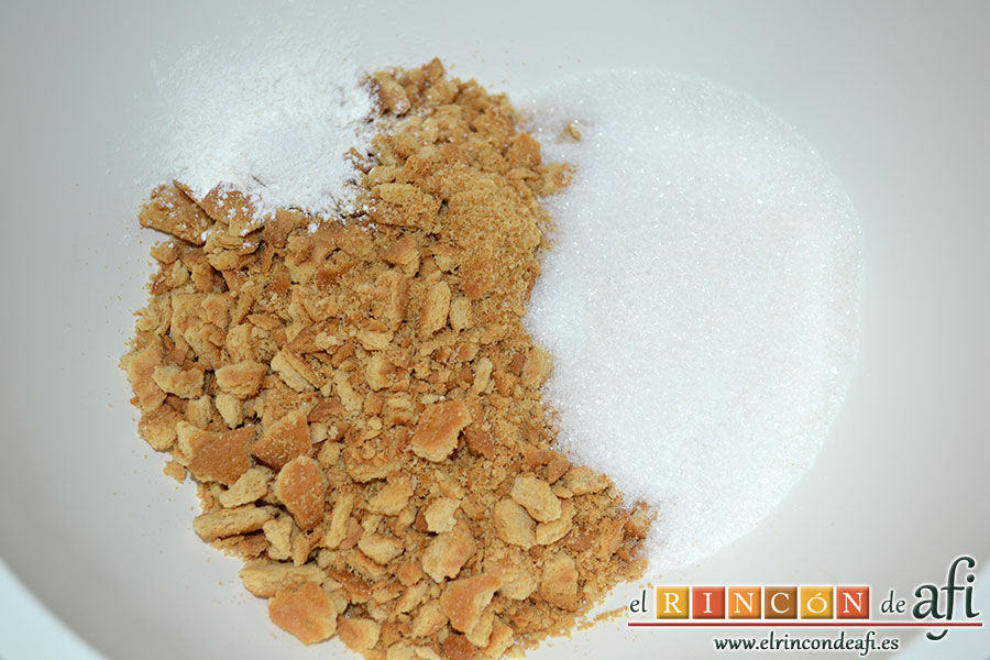 Postre casero de galletas María, poner en un bol las galletas trituradas, el sobre de cuajada y el azúcar