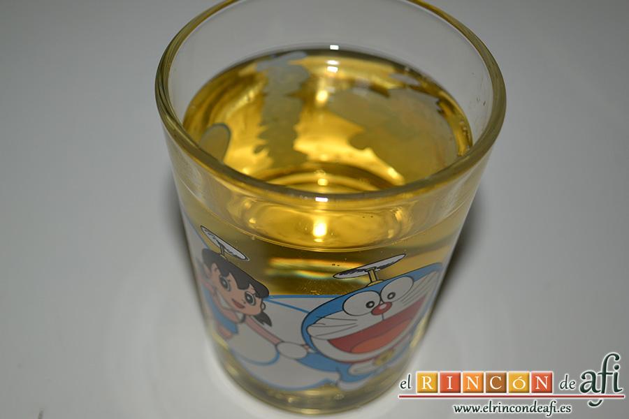 Risotto con setas y gambones, añadir el vaso de vino blanco