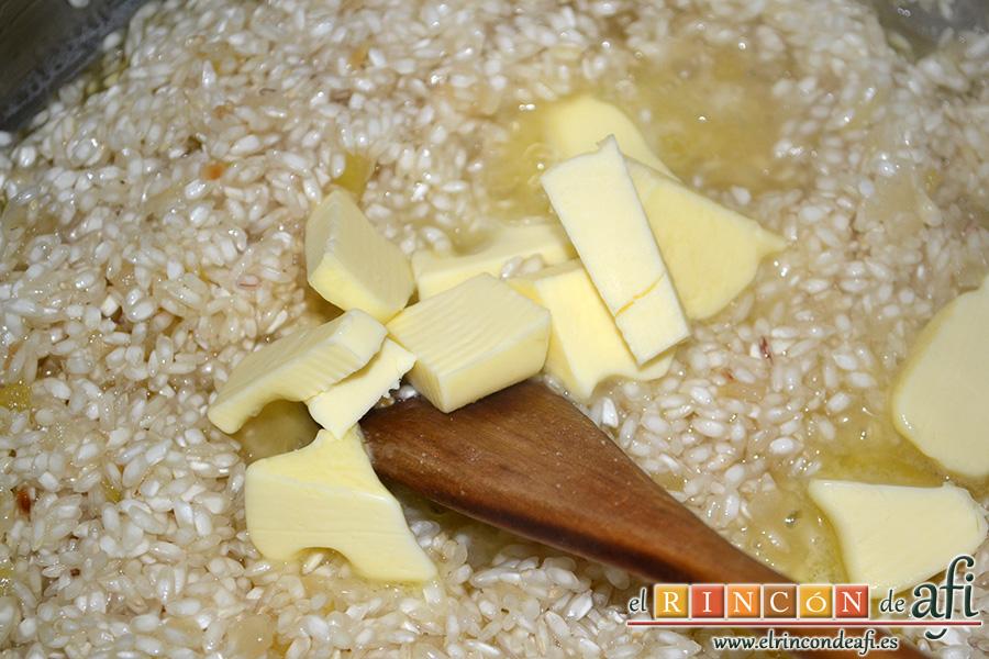 Risotto con setas y gambones, remover y añadir la mantequilla