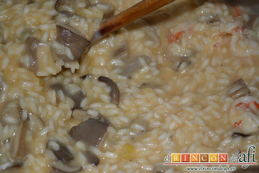 Risotto con setas y gambones, seguir removiendo hasta que esté prácticamente absorbido el líquido del arroz
