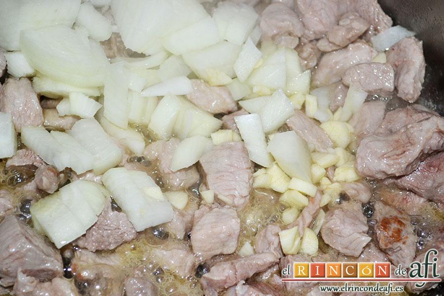 Arroz con verduras al dente, añadir los ajos y la cebolla troceada