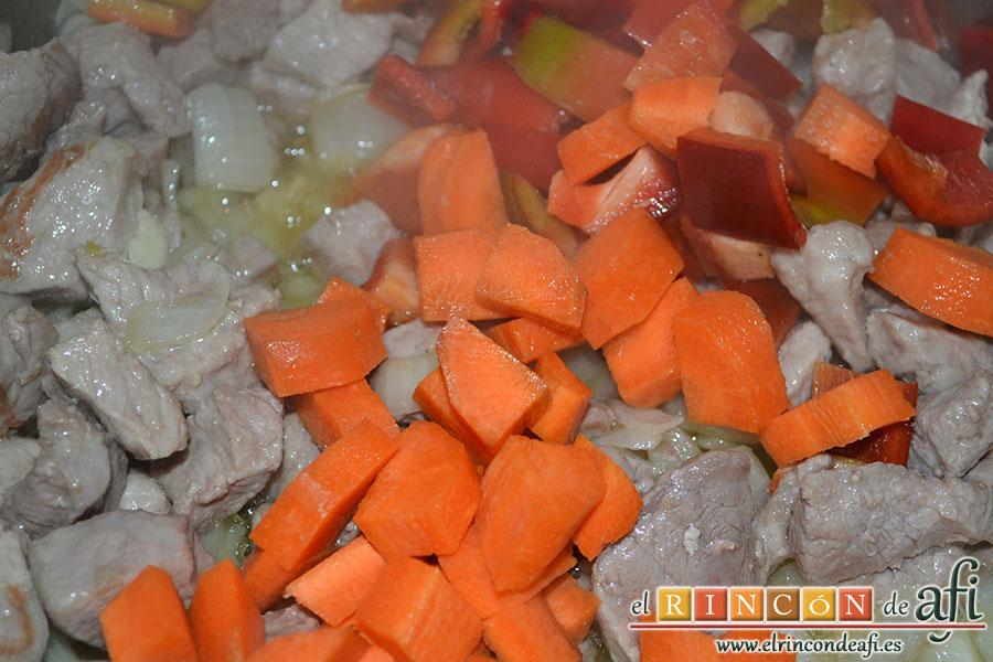 Arroz con verduras al dente, añadir el pimiento y la zanahoria troceados