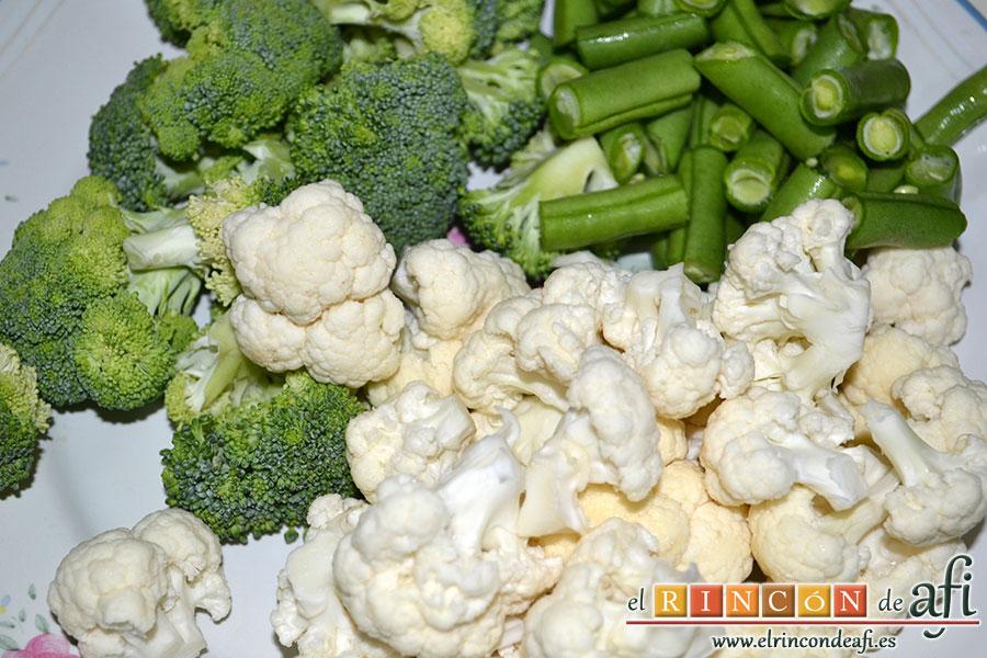 Arroz con verduras al dente, trocear el brócoli, la coliflor y las habichuelas