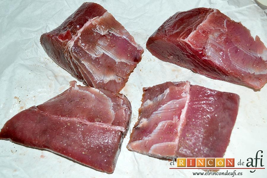 Atún en escabeche, salpimentar los lomos de atún