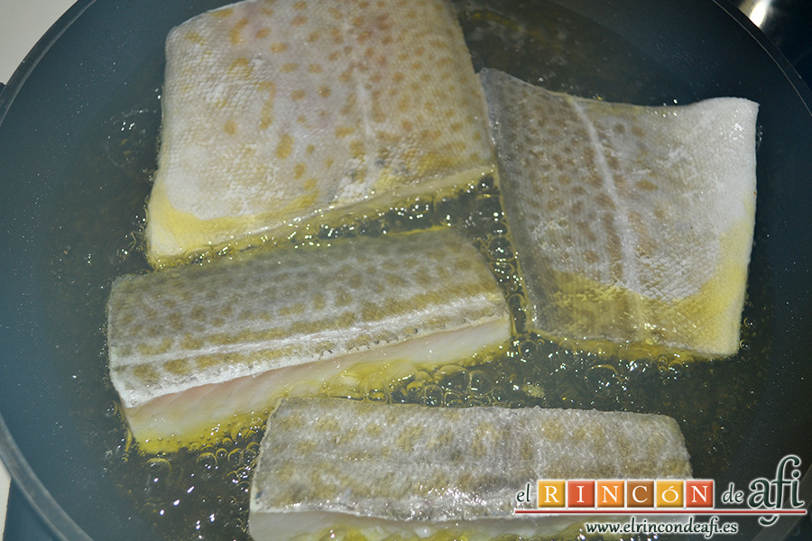 Bacalao al pil pil, dejar que atempere el aceite y poner los lomos de bacalao con la piel hacia arriba