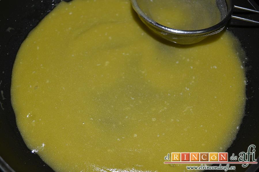 Bacalao al pil pil, se deberá quedar con consistencia parecida a la mayonesa