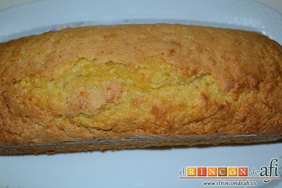 Bizcocho de zanahoria con frosting de queso, desmoldar