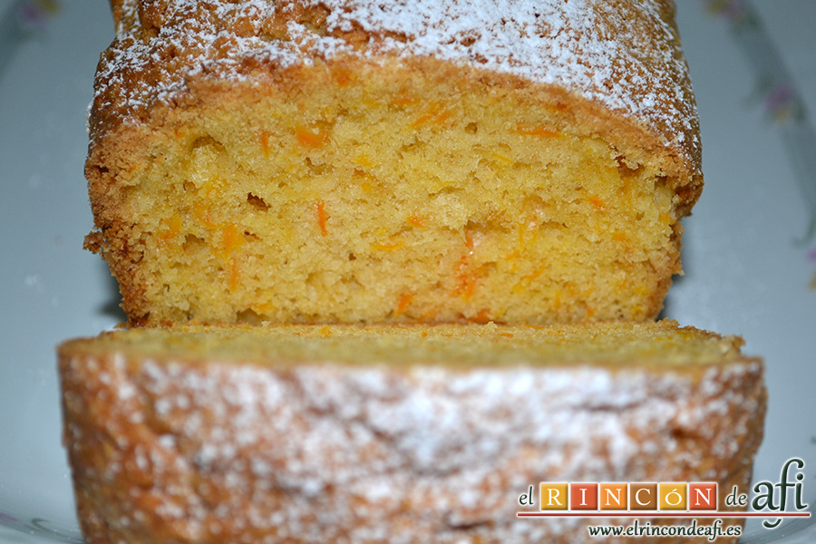Bizcocho de zanahoria con frosting de queso, servir en porciones