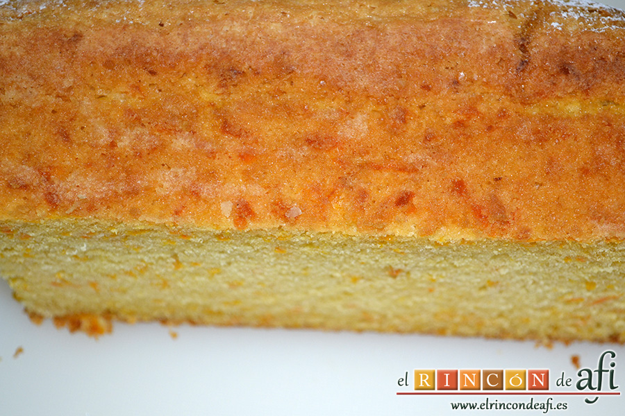 Bizcocho de zanahoria con frosting de queso, cortar en rebanadas horizontales