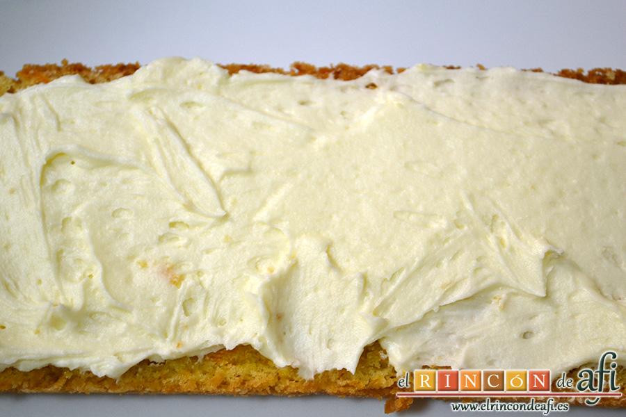Bizcocho de zanahoria con frosting de queso, extender capas de la crema sobre cada rebanada