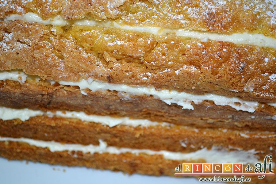 Bizcocho de zanahoria con frosting de queso, alterna capas de bizcocho con capas de queso