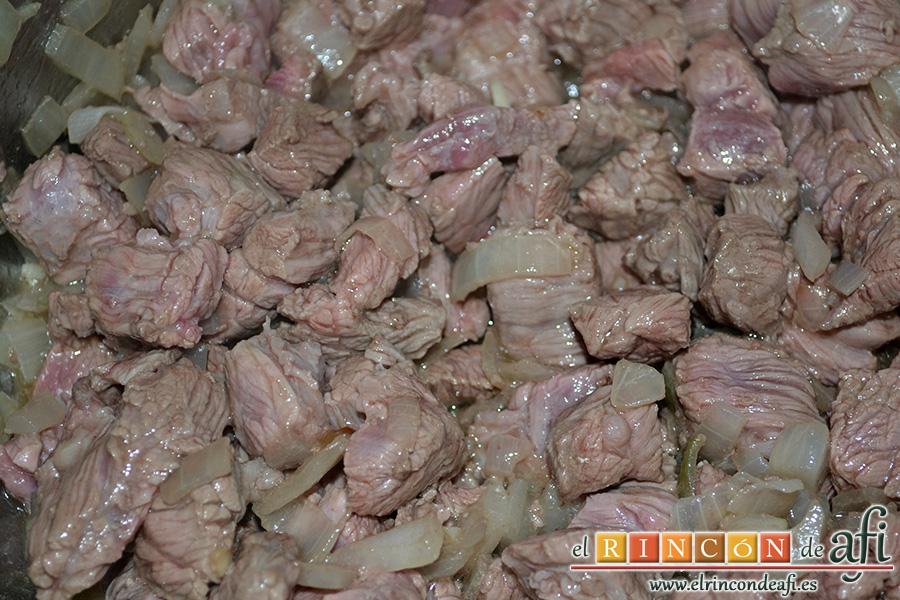 Carne con garbanzos, remover todo bien