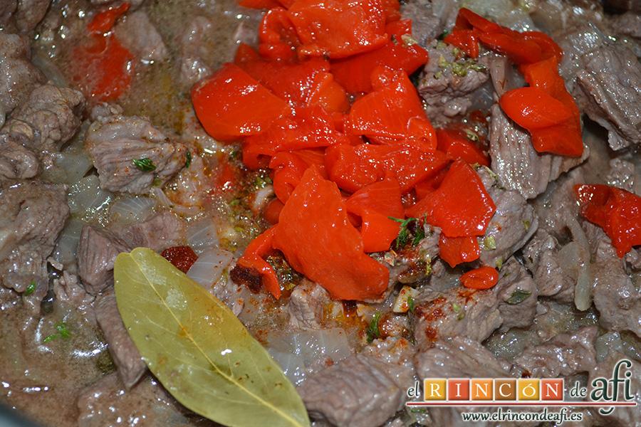 Carne con garbanzos, añadir la hoja de laurel, el pimiento morrón y tomillo fresco