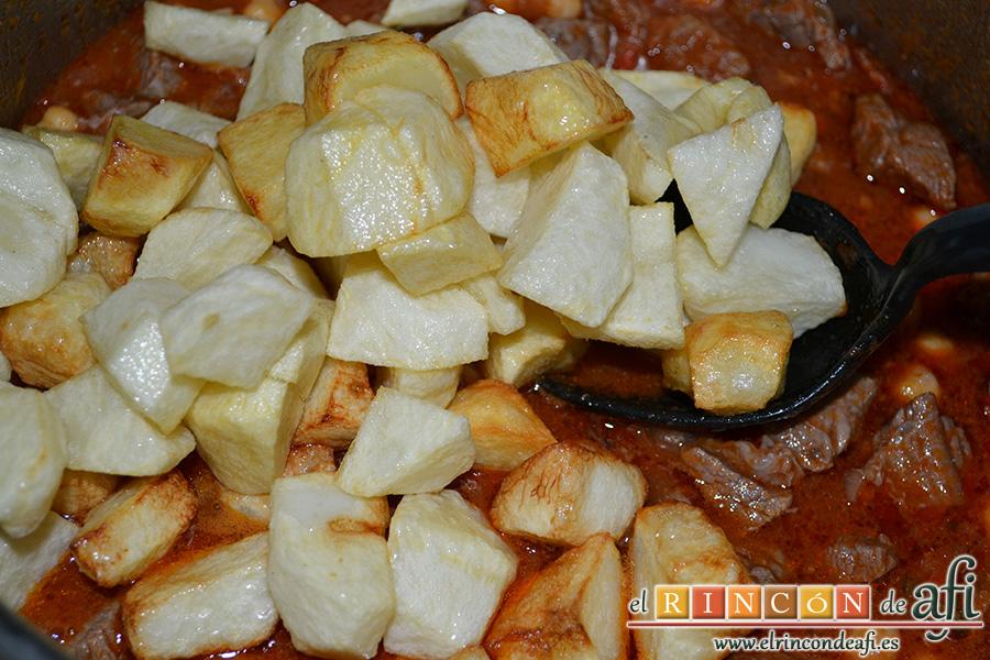 Carne con garbanzos, añadir papas fritas en cuadritos