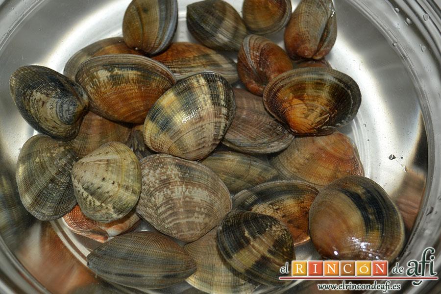 Chowder de almejas, introducir las almejas en un bol con agua fría y sal