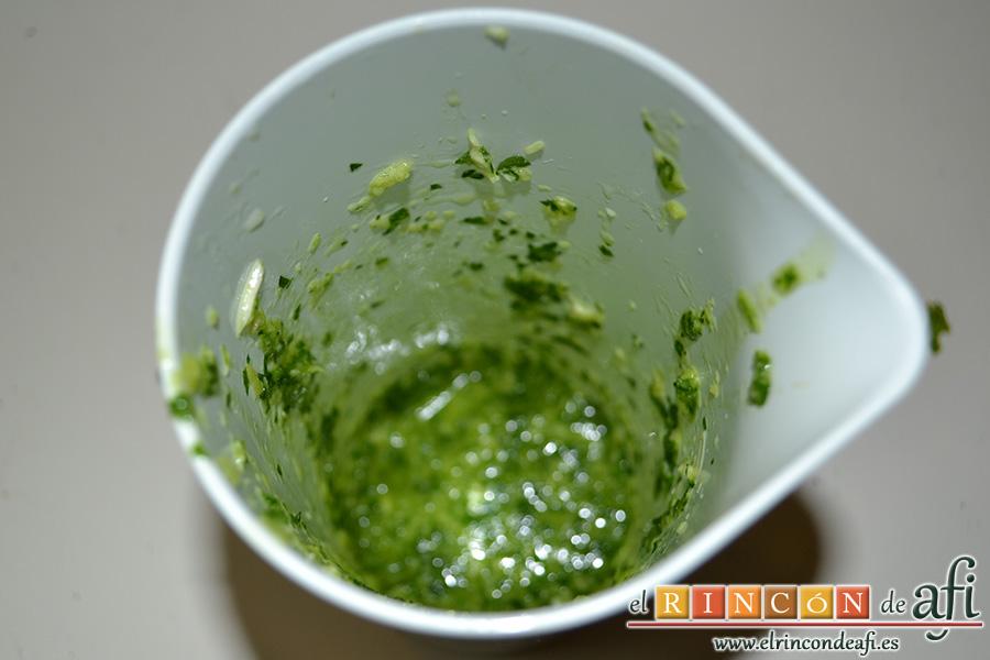 Chuletas de cochino negro canario, triturar el ajo, el perejil y el aceite